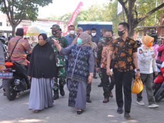 Wabup Lobar Hj. Sumiatun Pantau Bapok di Pasar Kediri
