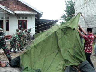 Kodim 1620/Loteng Bangun Tenda Darurat Korban Puting Beliung