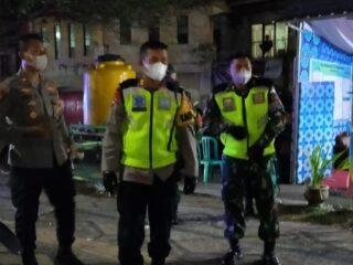 Cegah Kerumunan Malam Takbiran, Personel Kodim dan Polres Loteng Lakukan Penyekatan