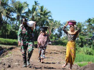 Bersama masyarakat Anggota Kodim Loteng melaksanakan gotong Royong di Lokasi TMMD