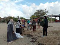 Mahasiswa KKN Desa Mertak Melakukan kegiatan Gotong Royong Bersih Pantai Batu Berang Lombok Tengah